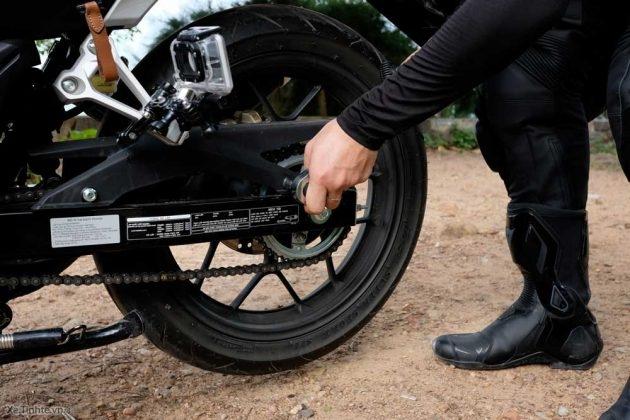 Kiểm tra xích xe máy của mình một cách thường xuyên, xích xe máy không được quá căng hay quá lỏng