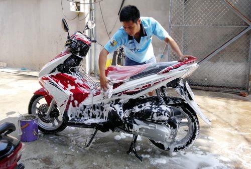 Việc rửa xe thường xuyên là việc rất quan trọng để bảo dưỡng xe máy bạn tốt nhất